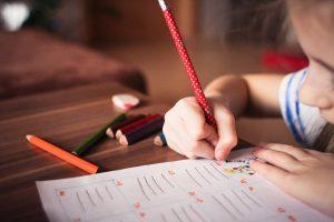 criança com alta sensibilidade e TDA(H) estudando
