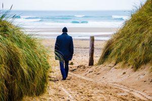 Homem altamente sensível caminhando